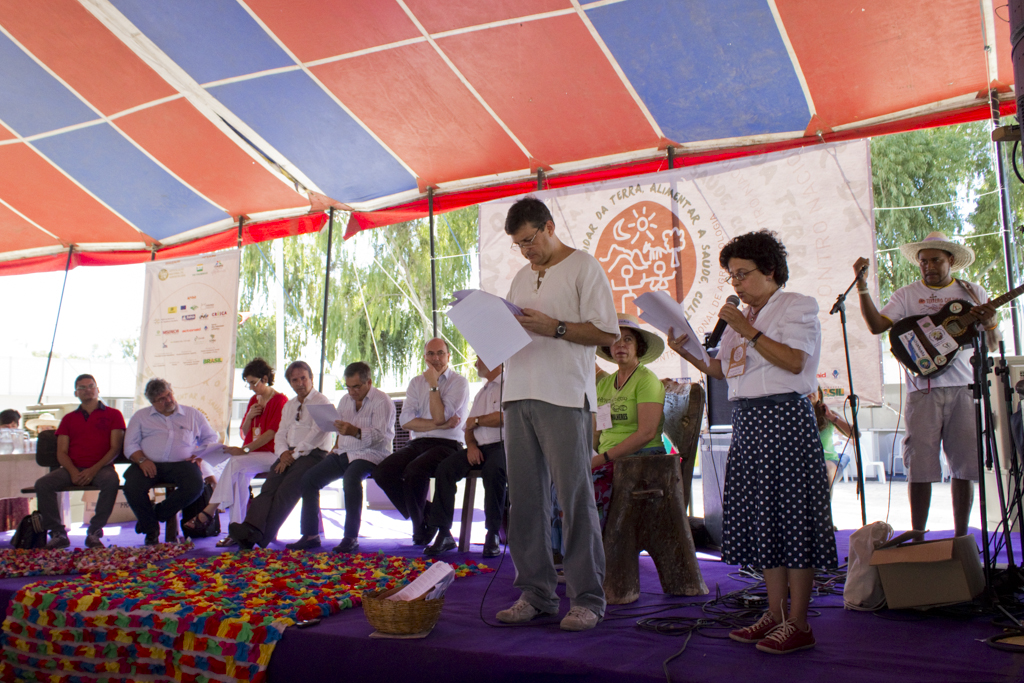 Paulo Petersen, da AS-PTA, e Maria Emília Pacheco, presidente do Consea, lendo a carta política. Foto: Fabio Caffé/Imagens do Povo.
